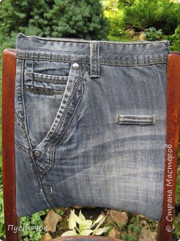 Достались в наследство старые стулья..5 штук.....Качеством безупречным, но с обивкой повидавшей виды. Стульям больше 30 лет....Легче лёгкого отдать стулья в перетяжку....но мы не ищем легких путей !!!!Тем более, меняя им одежку я получила массу удовольствия от поиска нужного кусочка джинсы, и от каждого укола иголки ))))) Всё сшито на руках, т.к. сделать ровную строчку на машинке для меня не представляется возможным...... Сразу предупреждаю....Снимков много.....Хотите пролистайте быстренько...хотите - рассмотрите подробности.... фото 2