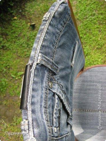 Достались в наследство старые стулья..5 штук.....Качеством безупречным, но с обивкой повидавшей виды. Стульям больше 30 лет....Легче лёгкого отдать стулья в перетяжку....но мы не ищем легких путей !!!!Тем более, меняя им одежку я получила массу удовольствия от поиска нужного кусочка джинсы, и от каждого укола иголки ))))) Всё сшито на руках, т.к. сделать ровную строчку на машинке для меня не представляется возможным...... Сразу предупреждаю....Снимков много.....Хотите пролистайте быстренько...хотите - рассмотрите подробности.... фото 4