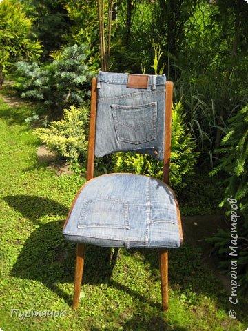 Достались в наследство старые стулья..5 штук.....Качеством безупречным, но с обивкой повидавшей виды. Стульям больше 30 лет....Легче лёгкого отдать стулья в перетяжку....но мы не ищем легких путей !!!!Тем более, меняя им одежку я получила массу удовольствия от поиска нужного кусочка джинсы, и от каждого укола иголки ))))) Всё сшито на руках, т.к. сделать ровную строчку на машинке для меня не представляется возможным...... Сразу предупреждаю....Снимков много.....Хотите пролистайте быстренько...хотите - рассмотрите подробности.... фото 7