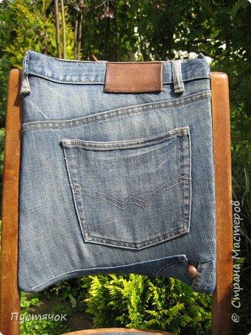 Достались в наследство старые стулья..5 штук.....Качеством безупречным, но с обивкой повидавшей виды. Стульям больше 30 лет....Легче лёгкого отдать стулья в перетяжку....но мы не ищем легких путей !!!!Тем более, меняя им одежку я получила массу удовольствия от поиска нужного кусочка джинсы, и от каждого укола иголки ))))) Всё сшито на руках, т.к. сделать ровную строчку на машинке для меня не представляется возможным...... Сразу предупреждаю....Снимков много.....Хотите пролистайте быстренько...хотите - рассмотрите подробности.... фото 8