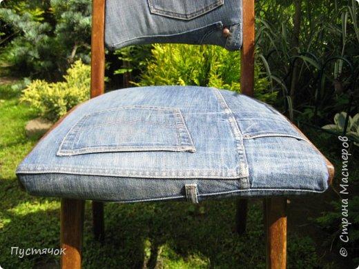 Достались в наследство старые стулья..5 штук.....Качеством безупречным, но с обивкой повидавшей виды. Стульям больше 30 лет....Легче лёгкого отдать стулья в перетяжку....но мы не ищем легких путей !!!!Тем более, меняя им одежку я получила массу удовольствия от поиска нужного кусочка джинсы, и от каждого укола иголки ))))) Всё сшито на руках, т.к. сделать ровную строчку на машинке для меня не представляется возможным...... Сразу предупреждаю....Снимков много.....Хотите пролистайте быстренько...хотите - рассмотрите подробности.... фото 9