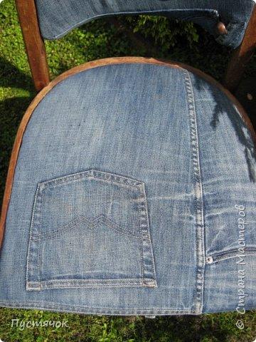 Достались в наследство старые стулья..5 штук.....Качеством безупречным, но с обивкой повидавшей виды. Стульям больше 30 лет....Легче лёгкого отдать стулья в перетяжку....но мы не ищем легких путей !!!!Тем более, меняя им одежку я получила массу удовольствия от поиска нужного кусочка джинсы, и от каждого укола иголки ))))) Всё сшито на руках, т.к. сделать ровную строчку на машинке для меня не представляется возможным...... Сразу предупреждаю....Снимков много.....Хотите пролистайте быстренько...хотите - рассмотрите подробности.... фото 10