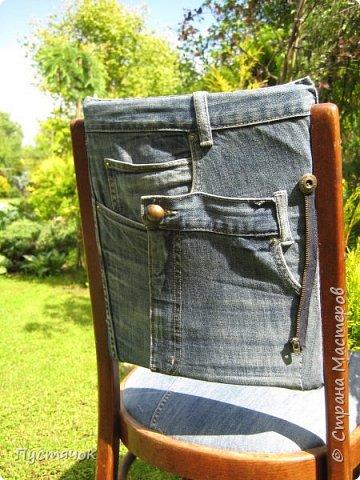 Достались в наследство старые стулья..5 штук.....Качеством безупречным, но с обивкой повидавшей виды. Стульям больше 30 лет....Легче лёгкого отдать стулья в перетяжку....но мы не ищем легких путей !!!!Тем более, меняя им одежку я получила массу удовольствия от поиска нужного кусочка джинсы, и от каждого укола иголки ))))) Всё сшито на руках, т.к. сделать ровную строчку на машинке для меня не представляется возможным...... Сразу предупреждаю....Снимков много.....Хотите пролистайте быстренько...хотите - рассмотрите подробности.... фото 11
