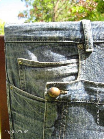 Достались в наследство старые стулья..5 штук.....Качеством безупречным, но с обивкой повидавшей виды. Стульям больше 30 лет....Легче лёгкого отдать стулья в перетяжку....но мы не ищем легких путей !!!!Тем более, меняя им одежку я получила массу удовольствия от поиска нужного кусочка джинсы, и от каждого укола иголки ))))) Всё сшито на руках, т.к. сделать ровную строчку на машинке для меня не представляется возможным...... Сразу предупреждаю....Снимков много.....Хотите пролистайте быстренько...хотите - рассмотрите подробности.... фото 12