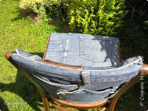 Достались в наследство старые стулья..5 штук.....Качеством безупречным, но с обивкой повидавшей виды. Стульям больше 30 лет....Легче лёгкого отдать стулья в перетяжку....но мы не ищем легких путей !!!!Тем более, меняя им одежку я получила массу удовольствия от поиска нужного кусочка джинсы, и от каждого укола иголки ))))) Всё сшито на руках, т.к. сделать ровную строчку на машинке для меня не представляется возможным...... Сразу предупреждаю....Снимков много.....Хотите пролистайте быстренько...хотите - рассмотрите подробности.... фото 13