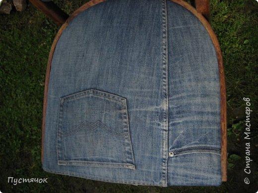 Достались в наследство старые стулья..5 штук.....Качеством безупречным, но с обивкой повидавшей виды. Стульям больше 30 лет....Легче лёгкого отдать стулья в перетяжку....но мы не ищем легких путей !!!!Тем более, меняя им одежку я получила массу удовольствия от поиска нужного кусочка джинсы, и от каждого укола иголки ))))) Всё сшито на руках, т.к. сделать ровную строчку на машинке для меня не представляется возможным...... Сразу предупреждаю....Снимков много.....Хотите пролистайте быстренько...хотите - рассмотрите подробности.... фото 14