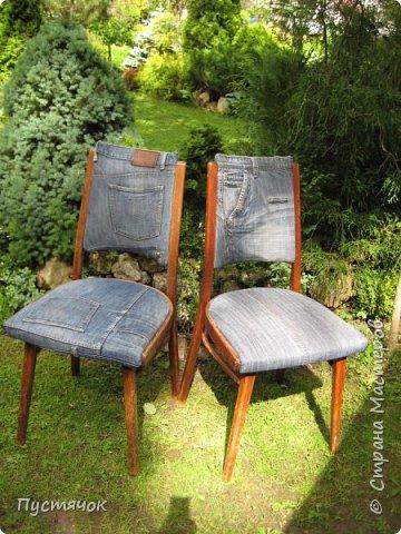 Достались в наследство старые стулья..5 штук.....Качеством безупречным, но с обивкой повидавшей виды. Стульям больше 30 лет....Легче лёгкого отдать стулья в перетяжку....но мы не ищем легких путей !!!!Тем более, меняя им одежку я получила массу удовольствия от поиска нужного кусочка джинсы, и от каждого укола иголки ))))) Всё сшито на руках, т.к. сделать ровную строчку на машинке для меня не представляется возможным...... Сразу предупреждаю....Снимков много.....Хотите пролистайте быстренько...хотите - рассмотрите подробности.... фото 15