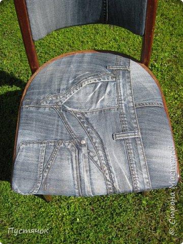 Достались в наследство старые стулья..5 штук.....Качеством безупречным, но с обивкой повидавшей виды. Стульям больше 30 лет....Легче лёгкого отдать стулья в перетяжку....но мы не ищем легких путей !!!!Тем более, меняя им одежку я получила массу удовольствия от поиска нужного кусочка джинсы, и от каждого укола иголки ))))) Всё сшито на руках, т.к. сделать ровную строчку на машинке для меня не представляется возможным...... Сразу предупреждаю....Снимков много.....Хотите пролистайте быстренько...хотите - рассмотрите подробности.... фото 17