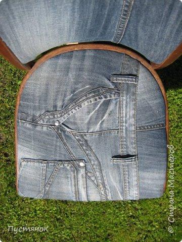 Достались в наследство старые стулья..5 штук.....Качеством безупречным, но с обивкой повидавшей виды. Стульям больше 30 лет....Легче лёгкого отдать стулья в перетяжку....но мы не ищем легких путей !!!!Тем более, меняя им одежку я получила массу удовольствия от поиска нужного кусочка джинсы, и от каждого укола иголки ))))) Всё сшито на руках, т.к. сделать ровную строчку на машинке для меня не представляется возможным...... Сразу предупреждаю....Снимков много.....Хотите пролистайте быстренько...хотите - рассмотрите подробности.... фото 20