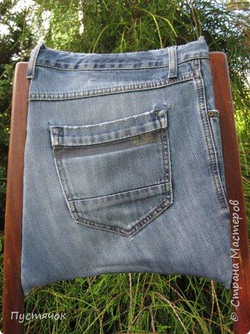 Достались в наследство старые стулья..5 штук.....Качеством безупречным, но с обивкой повидавшей виды. Стульям больше 30 лет....Легче лёгкого отдать стулья в перетяжку....но мы не ищем легких путей !!!!Тем более, меняя им одежку я получила массу удовольствия от поиска нужного кусочка джинсы, и от каждого укола иголки ))))) Всё сшито на руках, т.к. сделать ровную строчку на машинке для меня не представляется возможным...... Сразу предупреждаю....Снимков много.....Хотите пролистайте быстренько...хотите - рассмотрите подробности.... фото 25