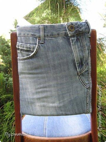 Достались в наследство старые стулья..5 штук.....Качеством безупречным, но с обивкой повидавшей виды. Стульям больше 30 лет....Легче лёгкого отдать стулья в перетяжку....но мы не ищем легких путей !!!!Тем более, меняя им одежку я получила массу удовольствия от поиска нужного кусочка джинсы, и от каждого укола иголки ))))) Всё сшито на руках, т.к. сделать ровную строчку на машинке для меня не представляется возможным...... Сразу предупреждаю....Снимков много.....Хотите пролистайте быстренько...хотите - рассмотрите подробности.... фото 26