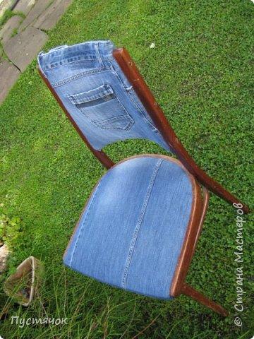 Достались в наследство старые стулья..5 штук.....Качеством безупречным, но с обивкой повидавшей виды. Стульям больше 30 лет....Легче лёгкого отдать стулья в перетяжку....но мы не ищем легких путей !!!!Тем более, меняя им одежку я получила массу удовольствия от поиска нужного кусочка джинсы, и от каждого укола иголки ))))) Всё сшито на руках, т.к. сделать ровную строчку на машинке для меня не представляется возможным...... Сразу предупреждаю....Снимков много.....Хотите пролистайте быстренько...хотите - рассмотрите подробности.... фото 28