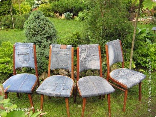 Достались в наследство старые стулья..5 штук.....Качеством безупречным, но с обивкой повидавшей виды. Стульям больше 30 лет....Легче лёгкого отдать стулья в перетяжку....но мы не ищем легких путей !!!!Тем более, меняя им одежку я получила массу удовольствия от поиска нужного кусочка джинсы, и от каждого укола иголки ))))) Всё сшито на руках, т.к. сделать ровную строчку на машинке для меня не представляется возможным...... Сразу предупреждаю....Снимков много.....Хотите пролистайте быстренько...хотите - рассмотрите подробности.... фото 29