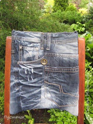 Достались в наследство старые стулья..5 штук.....Качеством безупречным, но с обивкой повидавшей виды. Стульям больше 30 лет....Легче лёгкого отдать стулья в перетяжку....но мы не ищем легких путей !!!!Тем более, меняя им одежку я получила массу удовольствия от поиска нужного кусочка джинсы, и от каждого укола иголки ))))) Всё сшито на руках, т.к. сделать ровную строчку на машинке для меня не представляется возможным...... Сразу предупреждаю....Снимков много.....Хотите пролистайте быстренько...хотите - рассмотрите подробности.... фото 32