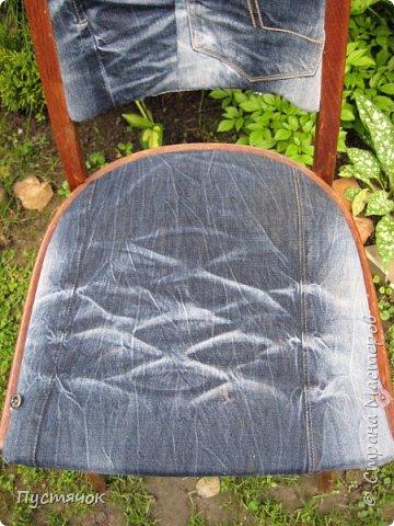 Достались в наследство старые стулья..5 штук.....Качеством безупречным, но с обивкой повидавшей виды. Стульям больше 30 лет....Легче лёгкого отдать стулья в перетяжку....но мы не ищем легких путей !!!!Тем более, меняя им одежку я получила массу удовольствия от поиска нужного кусочка джинсы, и от каждого укола иголки ))))) Всё сшито на руках, т.к. сделать ровную строчку на машинке для меня не представляется возможным...... Сразу предупреждаю....Снимков много.....Хотите пролистайте быстренько...хотите - рассмотрите подробности.... фото 33
