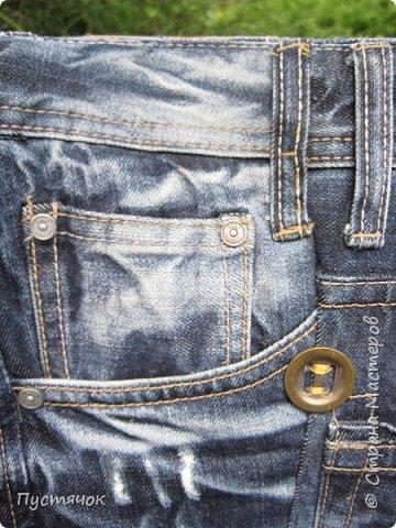 Достались в наследство старые стулья..5 штук.....Качеством безупречным, но с обивкой повидавшей виды. Стульям больше 30 лет....Легче лёгкого отдать стулья в перетяжку....но мы не ищем легких путей !!!!Тем более, меняя им одежку я получила массу удовольствия от поиска нужного кусочка джинсы, и от каждого укола иголки ))))) Всё сшито на руках, т.к. сделать ровную строчку на машинке для меня не представляется возможным...... Сразу предупреждаю....Снимков много.....Хотите пролистайте быстренько...хотите - рассмотрите подробности.... фото 34