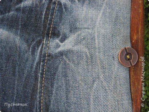 Достались в наследство старые стулья..5 штук.....Качеством безупречным, но с обивкой повидавшей виды. Стульям больше 30 лет....Легче лёгкого отдать стулья в перетяжку....но мы не ищем легких путей !!!!Тем более, меняя им одежку я получила массу удовольствия от поиска нужного кусочка джинсы, и от каждого укола иголки ))))) Всё сшито на руках, т.к. сделать ровную строчку на машинке для меня не представляется возможным...... Сразу предупреждаю....Снимков много.....Хотите пролистайте быстренько...хотите - рассмотрите подробности.... фото 35