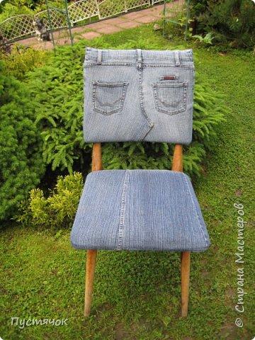 Достались в наследство старые стулья..5 штук.....Качеством безупречным, но с обивкой повидавшей виды. Стульям больше 30 лет....Легче лёгкого отдать стулья в перетяжку....но мы не ищем легких путей !!!!Тем более, меняя им одежку я получила массу удовольствия от поиска нужного кусочка джинсы, и от каждого укола иголки ))))) Всё сшито на руках, т.к. сделать ровную строчку на машинке для меня не представляется возможным...... Сразу предупреждаю....Снимков много.....Хотите пролистайте быстренько...хотите - рассмотрите подробности.... фото 39