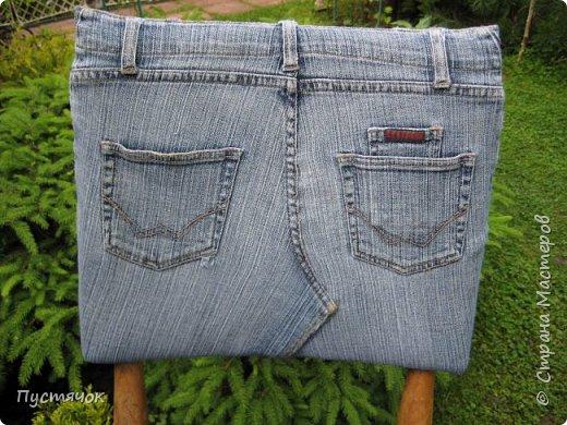 Достались в наследство старые стулья..5 штук.....Качеством безупречным, но с обивкой повидавшей виды. Стульям больше 30 лет....Легче лёгкого отдать стулья в перетяжку....но мы не ищем легких путей !!!!Тем более, меняя им одежку я получила массу удовольствия от поиска нужного кусочка джинсы, и от каждого укола иголки ))))) Всё сшито на руках, т.к. сделать ровную строчку на машинке для меня не представляется возможным...... Сразу предупреждаю....Снимков много.....Хотите пролистайте быстренько...хотите - рассмотрите подробности.... фото 40