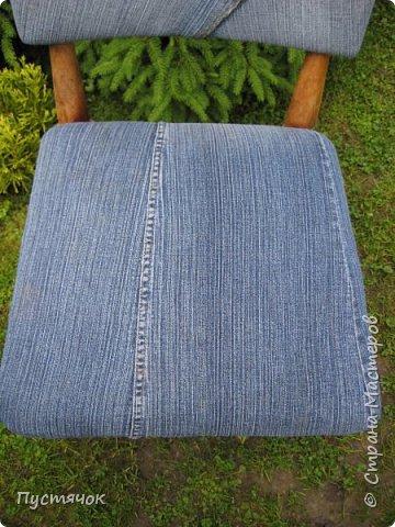 Достались в наследство старые стулья..5 штук.....Качеством безупречным, но с обивкой повидавшей виды. Стульям больше 30 лет....Легче лёгкого отдать стулья в перетяжку....но мы не ищем легких путей !!!!Тем более, меняя им одежку я получила массу удовольствия от поиска нужного кусочка джинсы, и от каждого укола иголки ))))) Всё сшито на руках, т.к. сделать ровную строчку на машинке для меня не представляется возможным...... Сразу предупреждаю....Снимков много.....Хотите пролистайте быстренько...хотите - рассмотрите подробности.... фото 41