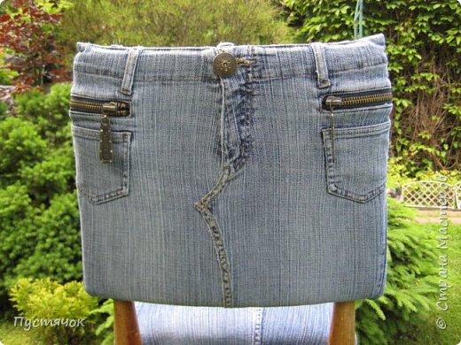 Достались в наследство старые стулья..5 штук.....Качеством безупречным, но с обивкой повидавшей виды. Стульям больше 30 лет....Легче лёгкого отдать стулья в перетяжку....но мы не ищем легких путей !!!!Тем более, меняя им одежку я получила массу удовольствия от поиска нужного кусочка джинсы, и от каждого укола иголки ))))) Всё сшито на руках, т.к. сделать ровную строчку на машинке для меня не представляется возможным...... Сразу предупреждаю....Снимков много.....Хотите пролистайте быстренько...хотите - рассмотрите подробности.... фото 42