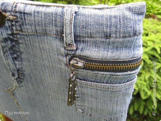 Достались в наследство старые стулья..5 штук.....Качеством безупречным, но с обивкой повидавшей виды. Стульям больше 30 лет....Легче лёгкого отдать стулья в перетяжку....но мы не ищем легких путей !!!!Тем более, меняя им одежку я получила массу удовольствия от поиска нужного кусочка джинсы, и от каждого укола иголки ))))) Всё сшито на руках, т.к. сделать ровную строчку на машинке для меня не представляется возможным...... Сразу предупреждаю....Снимков много.....Хотите пролистайте быстренько...хотите - рассмотрите подробности.... фото 44