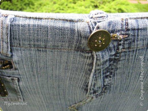 Достались в наследство старые стулья..5 штук.....Качеством безупречным, но с обивкой повидавшей виды. Стульям больше 30 лет....Легче лёгкого отдать стулья в перетяжку....но мы не ищем легких путей !!!!Тем более, меняя им одежку я получила массу удовольствия от поиска нужного кусочка джинсы, и от каждого укола иголки ))))) Всё сшито на руках, т.к. сделать ровную строчку на машинке для меня не представляется возможным...... Сразу предупреждаю....Снимков много.....Хотите пролистайте быстренько...хотите - рассмотрите подробности.... фото 43