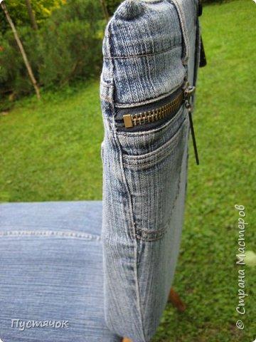Достались в наследство старые стулья..5 штук.....Качеством безупречным, но с обивкой повидавшей виды. Стульям больше 30 лет....Легче лёгкого отдать стулья в перетяжку....но мы не ищем легких путей !!!!Тем более, меняя им одежку я получила массу удовольствия от поиска нужного кусочка джинсы, и от каждого укола иголки ))))) Всё сшито на руках, т.к. сделать ровную строчку на машинке для меня не представляется возможным...... Сразу предупреждаю....Снимков много.....Хотите пролистайте быстренько...хотите - рассмотрите подробности.... фото 45