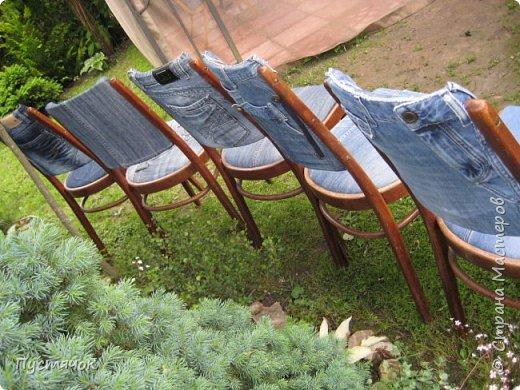 Достались в наследство старые стулья..5 штук.....Качеством безупречным, но с обивкой повидавшей виды. Стульям больше 30 лет....Легче лёгкого отдать стулья в перетяжку....но мы не ищем легких путей !!!!Тем более, меняя им одежку я получила массу удовольствия от поиска нужного кусочка джинсы, и от каждого укола иголки ))))) Всё сшито на руках, т.к. сделать ровную строчку на машинке для меня не представляется возможным...... Сразу предупреждаю....Снимков много.....Хотите пролистайте быстренько...хотите - рассмотрите подробности.... фото 46