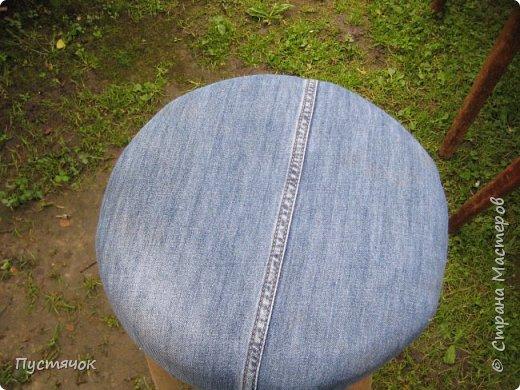 Достались в наследство старые стулья..5 штук.....Качеством безупречным, но с обивкой повидавшей виды. Стульям больше 30 лет....Легче лёгкого отдать стулья в перетяжку....но мы не ищем легких путей !!!!Тем более, меняя им одежку я получила массу удовольствия от поиска нужного кусочка джинсы, и от каждого укола иголки ))))) Всё сшито на руках, т.к. сделать ровную строчку на машинке для меня не представляется возможным...... Сразу предупреждаю....Снимков много.....Хотите пролистайте быстренько...хотите - рассмотрите подробности.... фото 49