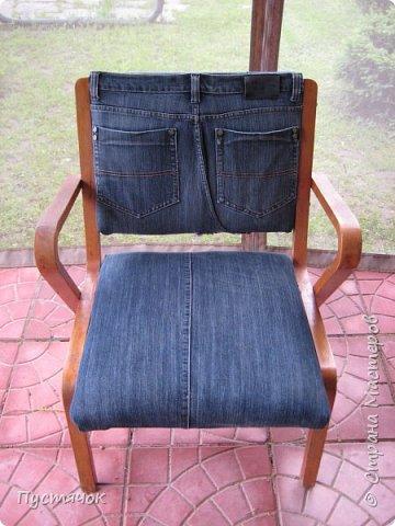 Достались в наследство старые стулья..5 штук.....Качеством безупречным, но с обивкой повидавшей виды. Стульям больше 30 лет....Легче лёгкого отдать стулья в перетяжку....но мы не ищем легких путей !!!!Тем более, меняя им одежку я получила массу удовольствия от поиска нужного кусочка джинсы, и от каждого укола иголки ))))) Всё сшито на руках, т.к. сделать ровную строчку на машинке для меня не представляется возможным...... Сразу предупреждаю....Снимков много.....Хотите пролистайте быстренько...хотите - рассмотрите подробности.... фото 53