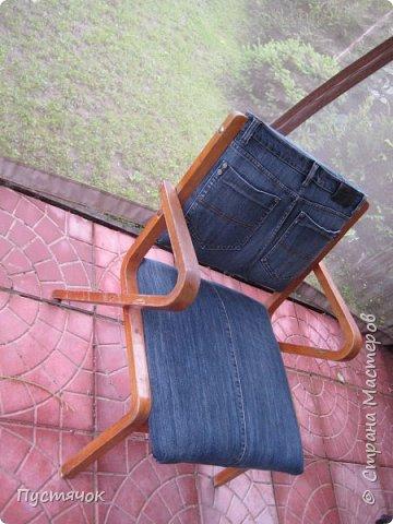 Достались в наследство старые стулья..5 штук.....Качеством безупречным, но с обивкой повидавшей виды. Стульям больше 30 лет....Легче лёгкого отдать стулья в перетяжку....но мы не ищем легких путей !!!!Тем более, меняя им одежку я получила массу удовольствия от поиска нужного кусочка джинсы, и от каждого укола иголки ))))) Всё сшито на руках, т.к. сделать ровную строчку на машинке для меня не представляется возможным...... Сразу предупреждаю....Снимков много.....Хотите пролистайте быстренько...хотите - рассмотрите подробности.... фото 55