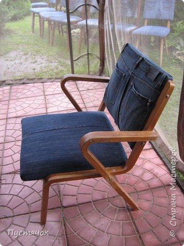 Достались в наследство старые стулья..5 штук.....Качеством безупречным, но с обивкой повидавшей виды. Стульям больше 30 лет....Легче лёгкого отдать стулья в перетяжку....но мы не ищем легких путей !!!!Тем более, меняя им одежку я получила массу удовольствия от поиска нужного кусочка джинсы, и от каждого укола иголки ))))) Всё сшито на руках, т.к. сделать ровную строчку на машинке для меня не представляется возможным...... Сразу предупреждаю....Снимков много.....Хотите пролистайте быстренько...хотите - рассмотрите подробности.... фото 54