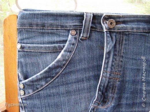 Достались в наследство старые стулья..5 штук.....Качеством безупречным, но с обивкой повидавшей виды. Стульям больше 30 лет....Легче лёгкого отдать стулья в перетяжку....но мы не ищем легких путей !!!!Тем более, меняя им одежку я получила массу удовольствия от поиска нужного кусочка джинсы, и от каждого укола иголки ))))) Всё сшито на руках, т.к. сделать ровную строчку на машинке для меня не представляется возможным...... Сразу предупреждаю....Снимков много.....Хотите пролистайте быстренько...хотите - рассмотрите подробности.... фото 56