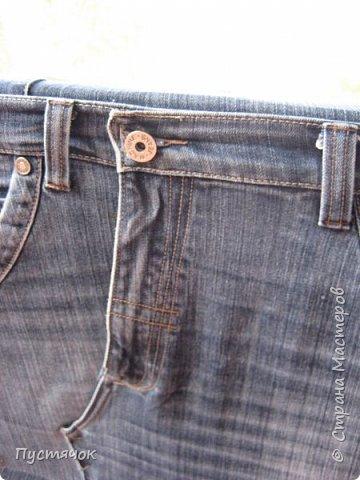 Достались в наследство старые стулья..5 штук.....Качеством безупречным, но с обивкой повидавшей виды. Стульям больше 30 лет....Легче лёгкого отдать стулья в перетяжку....но мы не ищем легких путей !!!!Тем более, меняя им одежку я получила массу удовольствия от поиска нужного кусочка джинсы, и от каждого укола иголки ))))) Всё сшито на руках, т.к. сделать ровную строчку на машинке для меня не представляется возможным...... Сразу предупреждаю....Снимков много.....Хотите пролистайте быстренько...хотите - рассмотрите подробности.... фото 58