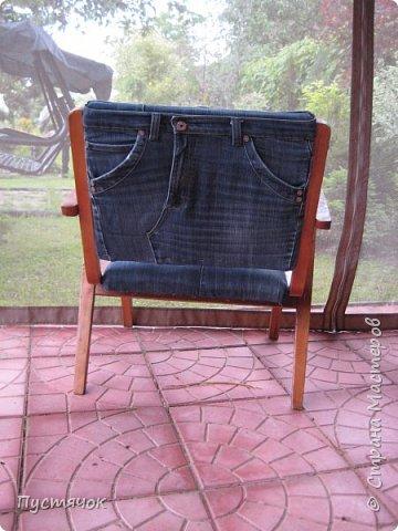 Достались в наследство старые стулья..5 штук.....Качеством безупречным, но с обивкой повидавшей виды. Стульям больше 30 лет....Легче лёгкого отдать стулья в перетяжку....но мы не ищем легких путей !!!!Тем более, меняя им одежку я получила массу удовольствия от поиска нужного кусочка джинсы, и от каждого укола иголки ))))) Всё сшито на руках, т.к. сделать ровную строчку на машинке для меня не представляется возможным...... Сразу предупреждаю....Снимков много.....Хотите пролистайте быстренько...хотите - рассмотрите подробности.... фото 59