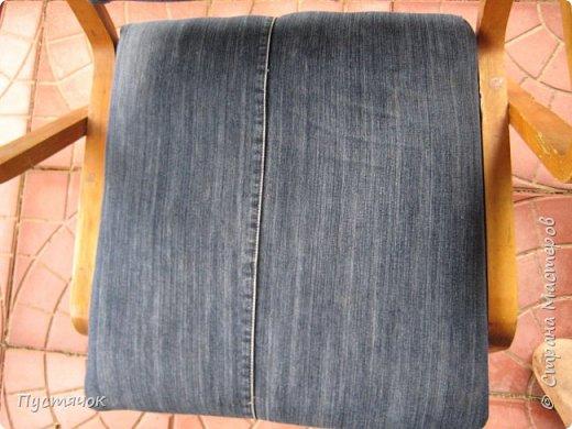 Достались в наследство старые стулья..5 штук.....Качеством безупречным, но с обивкой повидавшей виды. Стульям больше 30 лет....Легче лёгкого отдать стулья в перетяжку....но мы не ищем легких путей !!!!Тем более, меняя им одежку я получила массу удовольствия от поиска нужного кусочка джинсы, и от каждого укола иголки ))))) Всё сшито на руках, т.к. сделать ровную строчку на машинке для меня не представляется возможным...... Сразу предупреждаю....Снимков много.....Хотите пролистайте быстренько...хотите - рассмотрите подробности.... фото 61