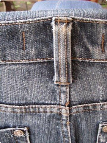 Достались в наследство старые стулья..5 штук.....Качеством безупречным, но с обивкой повидавшей виды. Стульям больше 30 лет....Легче лёгкого отдать стулья в перетяжку....но мы не ищем легких путей !!!!Тем более, меняя им одежку я получила массу удовольствия от поиска нужного кусочка джинсы, и от каждого укола иголки ))))) Всё сшито на руках, т.к. сделать ровную строчку на машинке для меня не представляется возможным...... Сразу предупреждаю....Снимков много.....Хотите пролистайте быстренько...хотите - рассмотрите подробности.... фото 63
