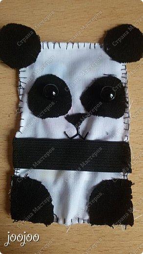 Доброго времени суток СМ. Сегодня я покажу вам как сделать вот такую милую панду-держатель наушников.  Я долго думала над проблемой запутанных наушников, и вот я наткнулась на зверят - держателей наушников и решила попробовать сделать их, но там небыло такой панды какую я бы хотела. Я решила немного упростить схему и сделать её такой, какой я её представляла. фото 6