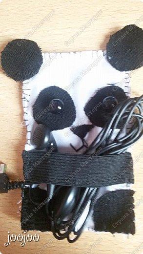 Доброго времени суток СМ. Сегодня я покажу вам как сделать вот такую милую панду-держатель наушников.  Я долго думала над проблемой запутанных наушников, и вот я наткнулась на зверят - держателей наушников и решила попробовать сделать их, но там небыло такой панды какую я бы хотела. Я решила немного упростить схему и сделать её такой, какой я её представляла. фото 1