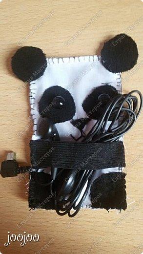 Доброго времени суток СМ. Сегодня я покажу вам как сделать вот такую милую панду-держатель наушников.  Я долго думала над проблемой запутанных наушников, и вот я наткнулась на зверят - держателей наушников и решила попробовать сделать их, но там небыло такой панды какую я бы хотела. Я решила немного упростить схему и сделать её такой, какой я её представляла. фото 7