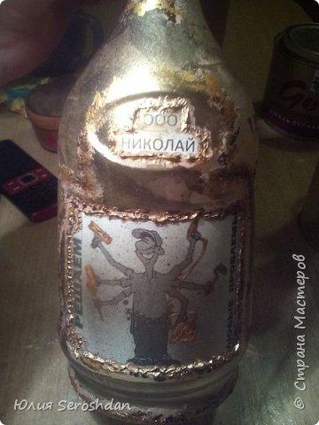Всем привет. Попросили сделать бутылочку для мужчины, который мастер на все руки. Распечатки, чайные пакетики, шпатлевка, краска беж с золотом и кое где подрисовка золотым контуром. Всё просто и быстро. фото 5