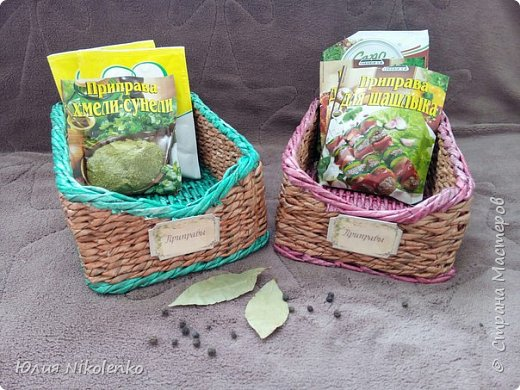 Плетеная корзинка для специй и пряных трав очень удобная и нужная вещица на кухне. Прочная, легкая, удобная и довольно вместительная корзинка для кухни поможет держать в порядке пакетики со специями и пряными травами. фото 1