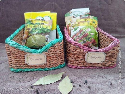 Плетеная корзинка для специй и пряных трав очень удобная и нужная вещица на кухне. Прочная, легкая, удобная и довольно вместительная корзинка для кухни поможет держать в порядке пакетики со специями и пряными травами. фото 3