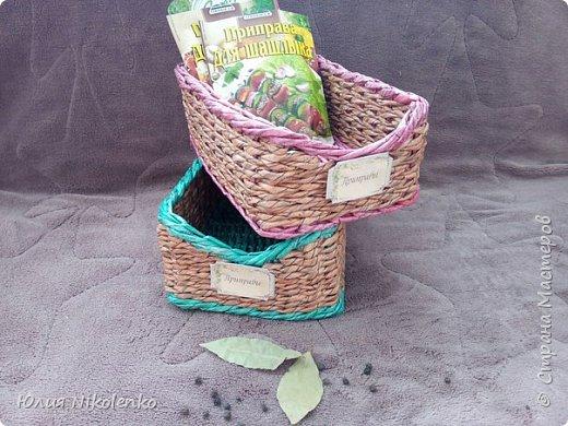 Плетеная корзинка для специй и пряных трав очень удобная и нужная вещица на кухне. Прочная, легкая, удобная и довольно вместительная корзинка для кухни поможет держать в порядке пакетики со специями и пряными травами. фото 4