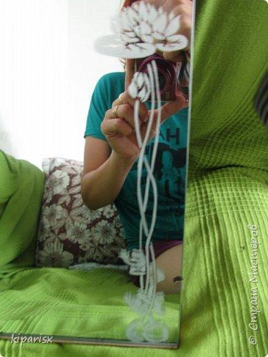 Вчера попробовала сделать гравировку на зеркале, в подарок на День рождения маме. Рисовать на зеркале оказалось немного сложнее, чем просто на стекле. Рисунок сперва перевела через копирку, а потом уже по контуру обводила и штриховала. Очень трудно сделать хорошую фотографию - двоится из-за отражения. фото 1