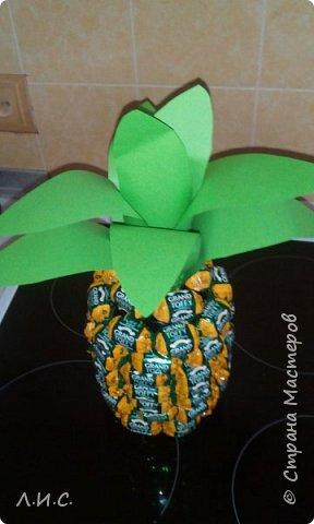 Здравствуйте,уважаемые мастерицы и мастера.Увидела я на сайте ананасики из конфет и потеряла голову... Оооооочень захотелось его сделать. Долго искала конфеты,подходящие по цветовой гамме... фото 1