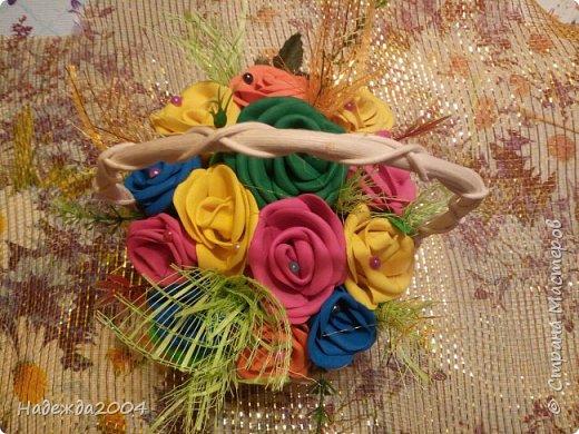 Оцените. Моя первая пробная корзинка с цветами из фома, в подарок крестной на День Рождения! Делала вместе с тетей. Она мне помогала.  фото 2