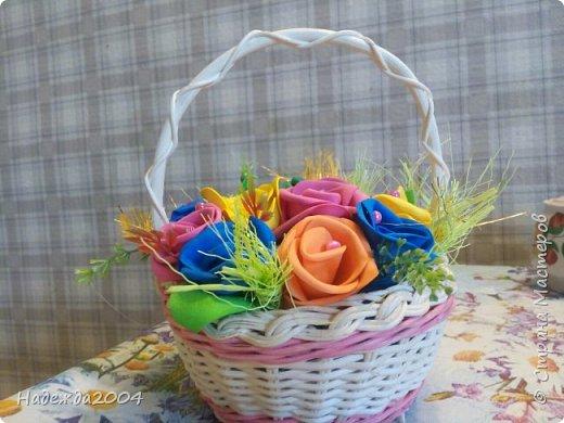 Оцените. Моя первая пробная корзинка с цветами из фома, в подарок крестной на День Рождения! Делала вместе с тетей. Она мне помогала.  фото 1
