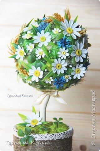 """Топиарий """"Лесная полянка"""". Деревце украшают ромашки, васильки и тычинки ручной работы. Также присутствуют листья, колоски и клевер.Высота примерно 26 см.  фото 2"""